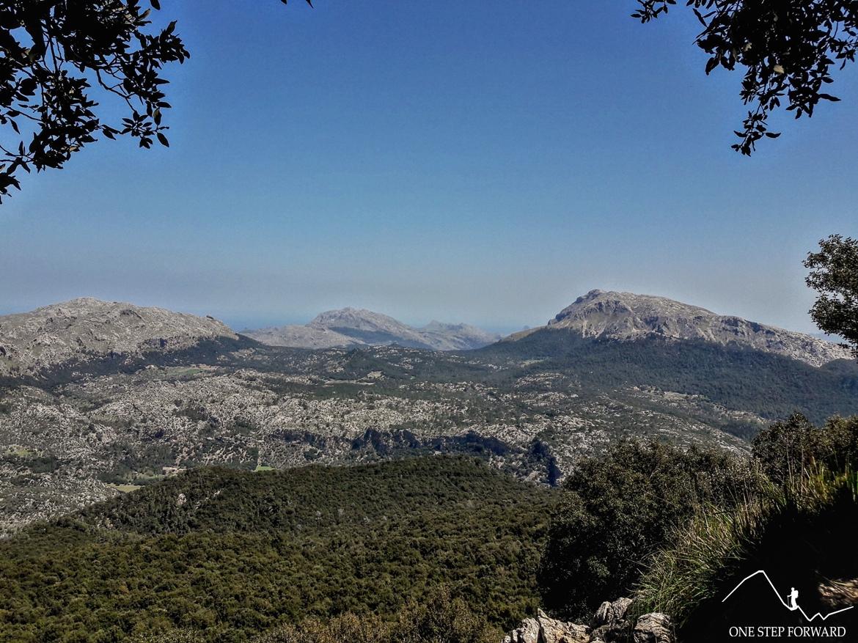 Trekking na Majorce - widok na Puig Tomir z podejścia na Puig d'en Galileu