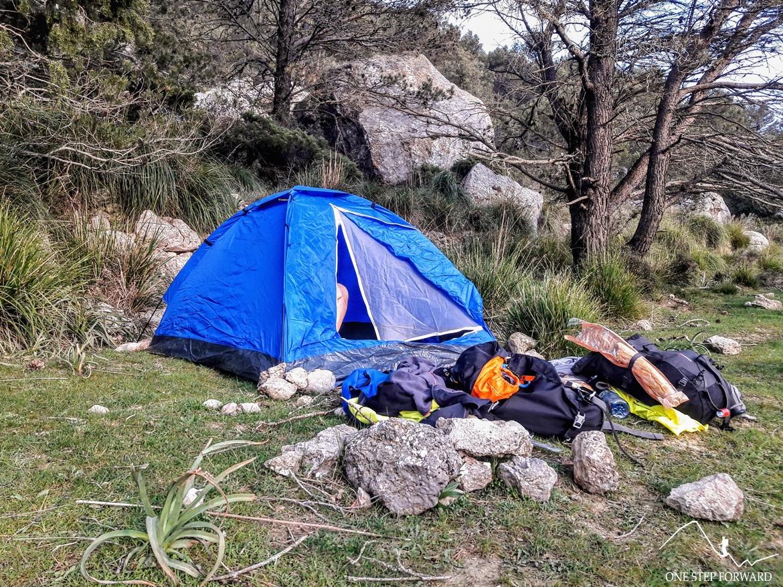 Trekking na Majorce - rozbity namiot w okolicy Coll L'Ofre