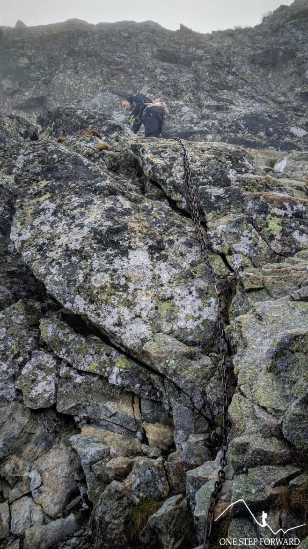 Grań Skrzyniarek - zejście po łańcuchu na Zadnią Salatyńską Przełęcz