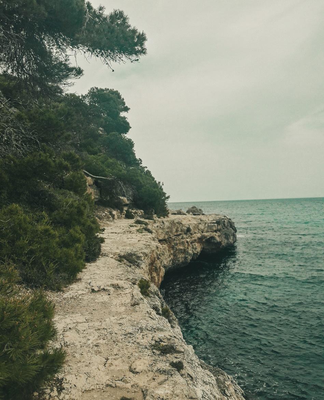 Spacer po klifach wokół Cala Llombards - Majorka