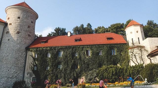 Dziedziniec zamkowy i baszta - zamek w Pieskowej Skale