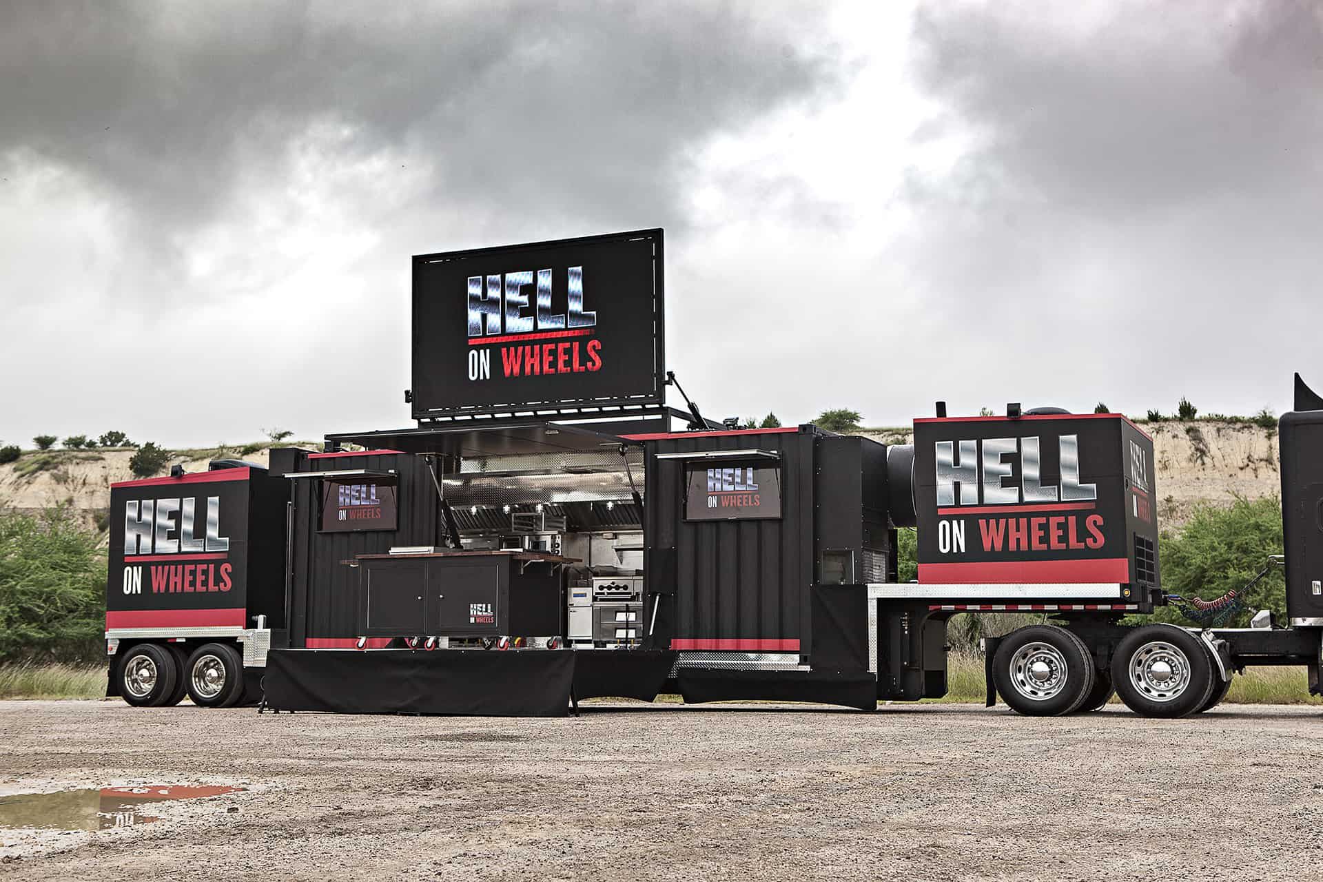 gordon-ramsay-hell-on-wheels-shipping-container-trailer-mobile-kitchen-11