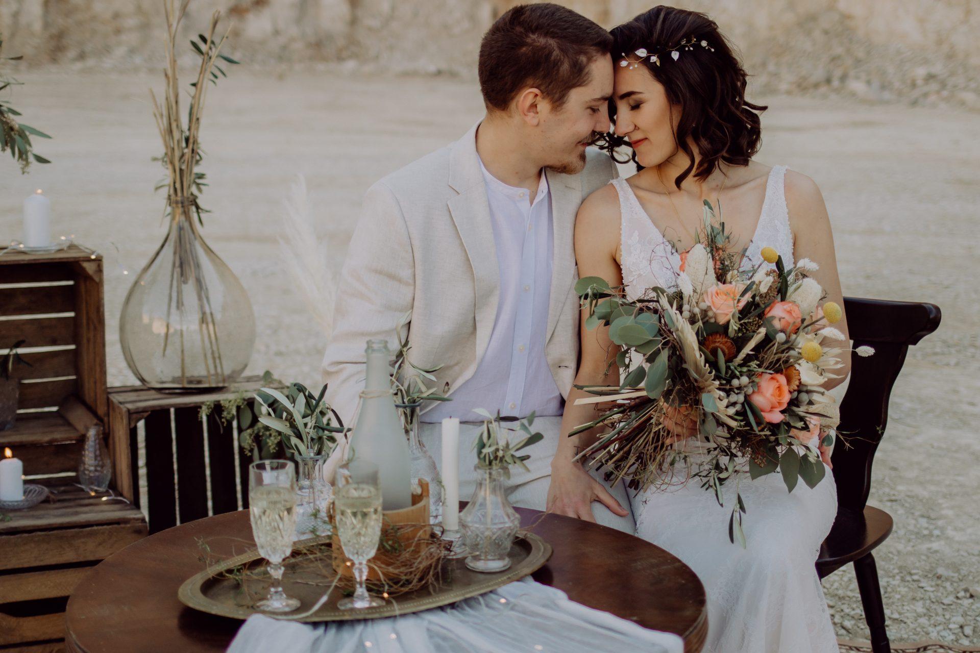 Vanessa und Max kuscheln beim Wedding Shooting.