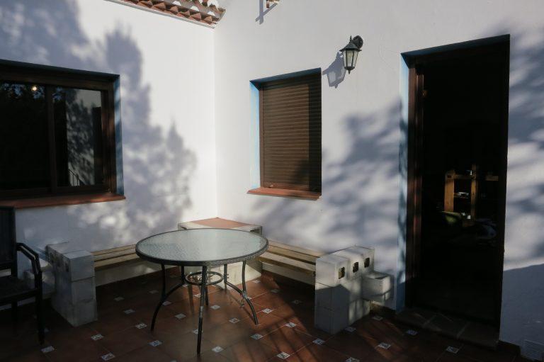 Terrasse mit Sitzplatz und Grill