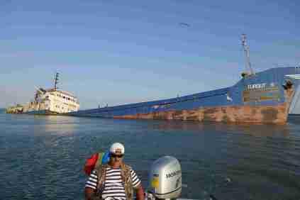 Schiff hatte sich bei Sturm vor der Donaueinfahrt losgerissen und ist dann in der Lagune auf Grund gelaufen, die Mannschaft hatte sich mit Vodka vergnügt.