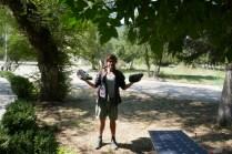 In Dilijan: Backpacker Odilon aus Frankreich bringt am morgen die geladenen Batterien zum Zeltplatz, hatte bei ihm im Hostel laden können :-)