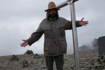 Vogelscheuche auf dem Aragats. Bekomme unten eine Jacke geliehen. Nur gut, weil es oben einen Graupelschauer gibt bei 2-3 Grad Celsius und Wind.