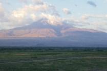 Der mächtige, heilige Ararat (5.137 m) auf Boden der Türkei ist nur wenige Kilometer entfernt
