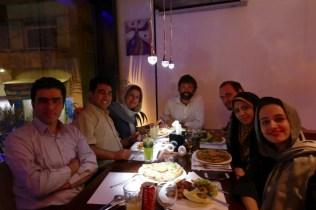 Tehran: Einladung zum Abendessen von Alireza (re), er hatte extra ein vegetarisches Restaurant ausgeschaut. Halblinks Host Masoud mit Freundin