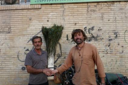 Dieser freundliche Herr schenkt mir auf dem Markt in Bandar Abbas eine Straussenfeder.