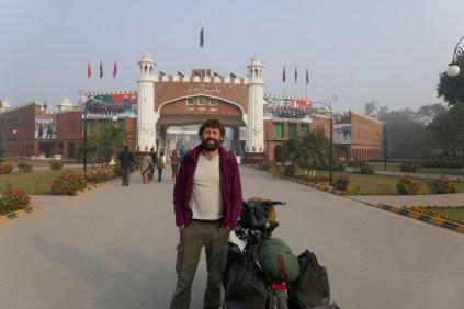 Von Lahore geht es 30 km bis zur Grenze. Eine Anschauen der allabendlichen Militärparade, wo sich zum Abschluss die Offiziellen auf beiden Seiten die Hände reichen, ist leider nach den Ausreiseformalitäten wegen Überfüllung nicht möglich. Bye Bye beeinduckendes Pakistan.