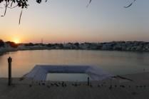 400 Tempel reihen sich um den See.