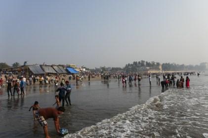 Buntes Treiben am Stadtstrand von Mumbai.