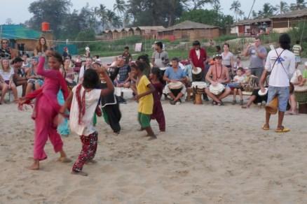 Zuerst tanzen nur die aufgeweckten Kinder der Einheimischen.