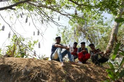 Die Jungs kommen für ihren geliebten Kokusnussrum zum Platz ans Wasser. Man beachte die künstlerisch anspruchvoll drapierten Leerflaschen.