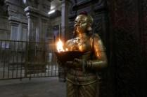 Am Tempeleingang.