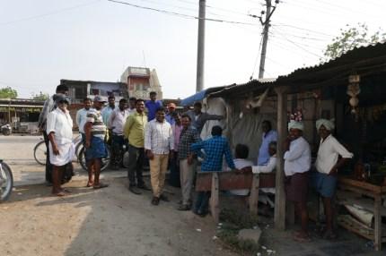 Großes Interesse bei der Teepause in kleiner Ortschaft.