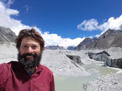 Im Ngozumpa-Gletscher, dem größten Eisstrom Nepals. Hier ist die gestiegene Jahresdurchschittstemperatur sehr präsent.