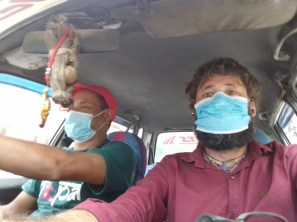 Kontrastprogramm: So nimmt man in Kathmandu am Straßenverkehr teil.