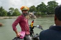 Auf dem Weg Richtung Osten gibt es Brückenersatzverkehr per improvisierten Bambus-Flößen. Die einzige Monsunbeeinträchtigung der Tour.