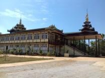 Typische Architetur der Klöster. Im 1. OG befindet sich die oft bis zur Decke reichende Buddha Statue.