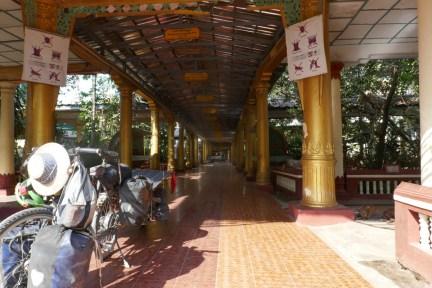 Mit 400 Mönchen eines der größten Klöster des Landes in Bago. Zweimal komme ich hier unter.