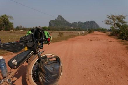 Staubige Angelegenheit auf der Nebenstrecke kurz vor der thailändischen Grenze.