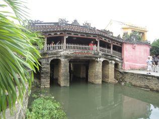 """Die """"japanische Brücke"""" aus dem 16. Jahrhundert verbindet das japanische und chinesische Stadtviertel."""