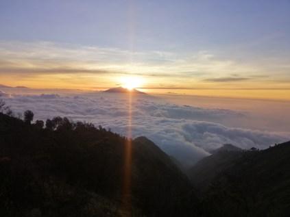 Mit dem Scooter hoch zum Bromo-Aussichtspunkt auf 2.900 m, noch gerade rechtzeitig zum Sonnenuntergang.