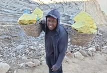 Drei mal pro Tag tragen die Minenarbeiter ca. 75 kg Schwefel aus dem Krater. Der chinesische Betreiber zahlt dafür ca.15 €, dieser Tageslohn ist drei mal mehr als üblich in der Region. Gewinnung: Schwfelrauch wird in Keramikröhren (siehe Bild vorab) kondensiet und erstarrt an der Austrittsstelle, wo es von den Arbeitern per Hand zerkleinert wird.