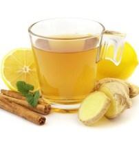 Полезные напитки зимы: черный и зеленый чай с добавками.