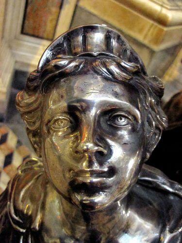 Statue baroque du Duomo San Gennaro à Naples Italie