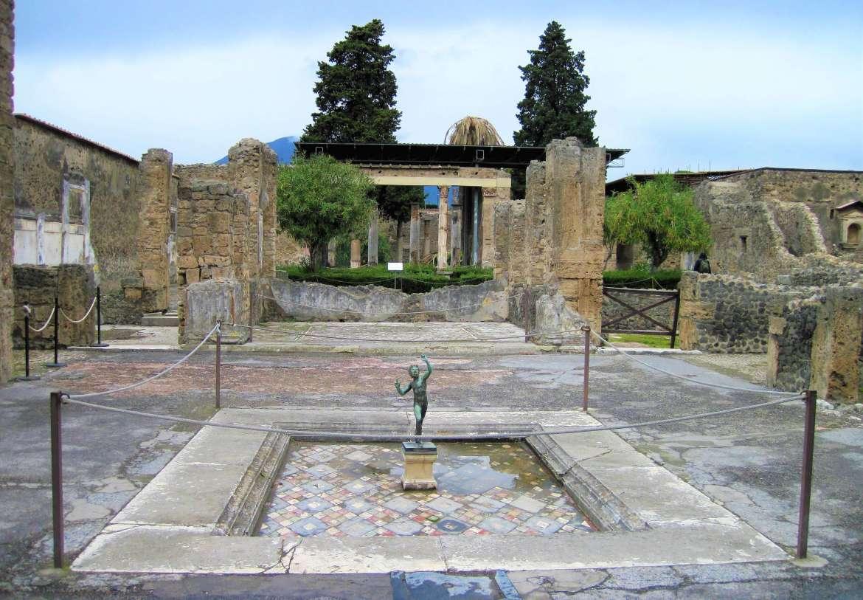 Sculpture dans un jardin à Pompéi