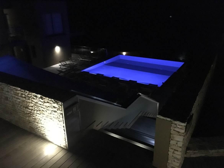 La piscine éclairée de nuit de notre hôtel de charme corse