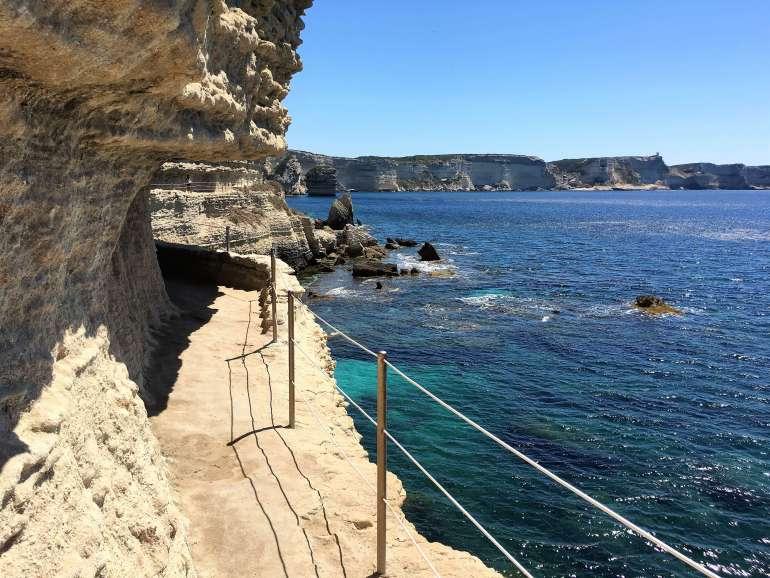 Sentier à l'Escalier du Roy d'Aragon et vue sur les falaises