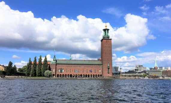 L'hôtel de ville de Stockholm depuis le bateau