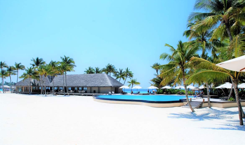 Piscine et plage de l'île des Maldives Veligandu Island Resort