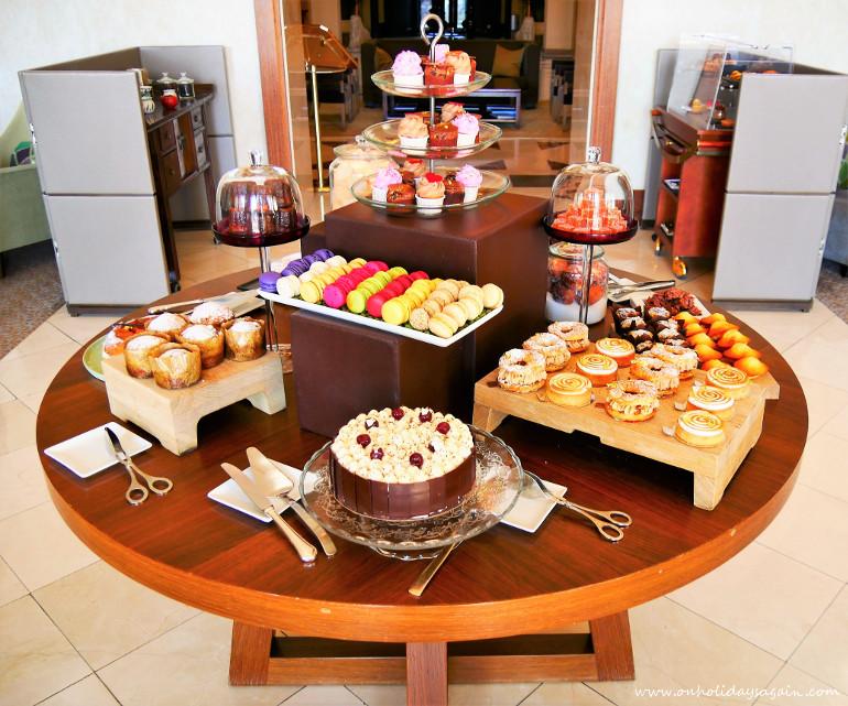 Le buffet de pâtisseries de l'afternoon tea du Beau-Rivage à Lausanne