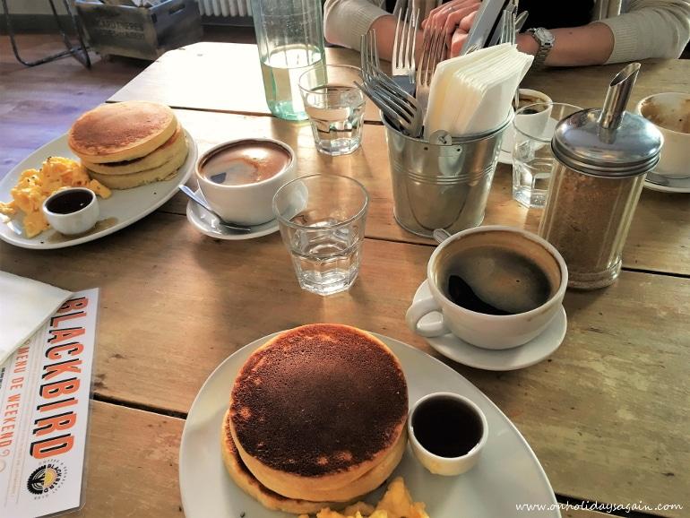 Délicieux pancakes pour un brunch à Lausanne au Blackbird café