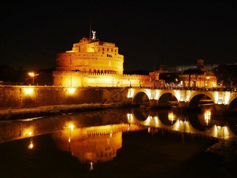 Château St-Ange de nuit lors d'une balade en amoureux à Rome Italie