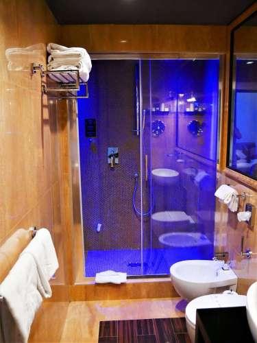 Salle de bain de la chambre de luxe Résidence Torre Argentina à Rome