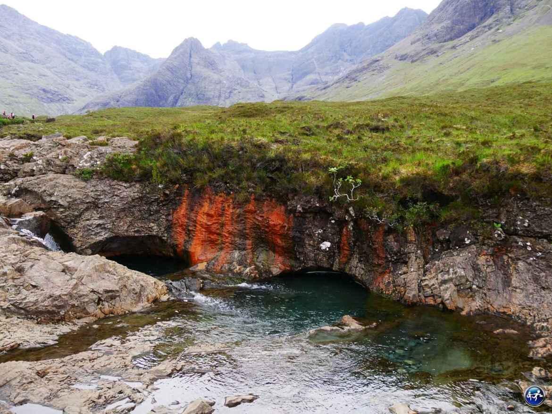 Fairy pool avec de la roche rouge sur l'Ile de Skye en Ecosse