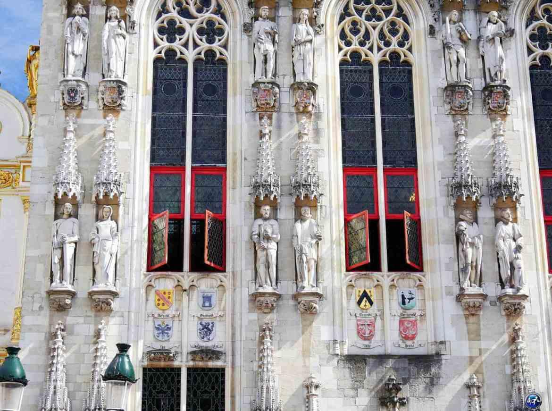Les détails de la façade de l'Hôtel de Ville de Bruges