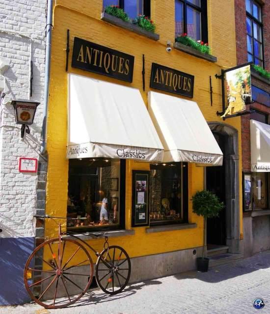 Les façades des boutiques de Bruges en Belgique