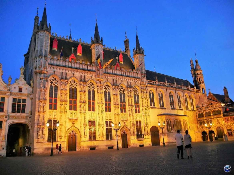 Visiter Bruges en amoureux devant la façade de l'Hôtel de ville de nuit