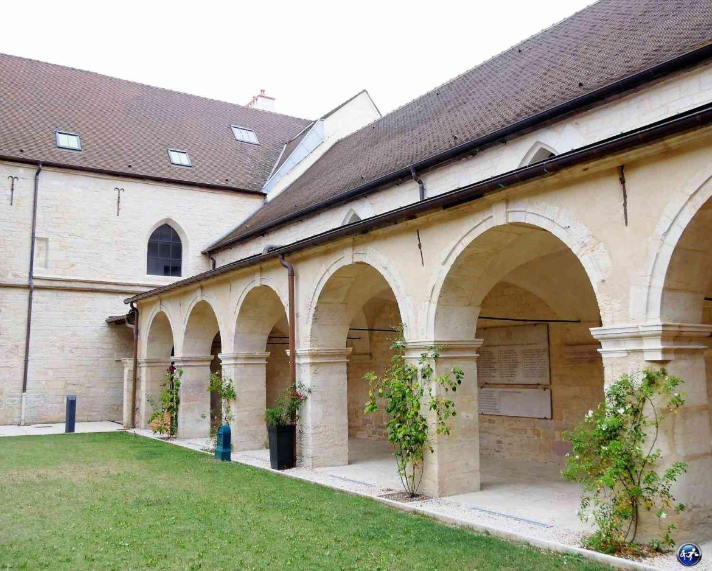 Cloître de l'appart'hôtel Odalys à Dijon en Bourgogne
