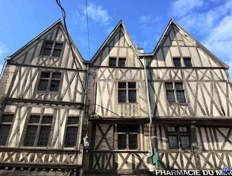 Visiter Dijon et savourer les façades des maisons à pan de bois