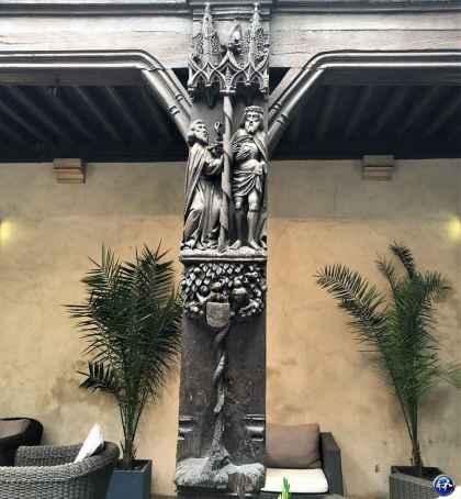Détails de la cour gothique de la Maison Philippe Le Bon à Dijon