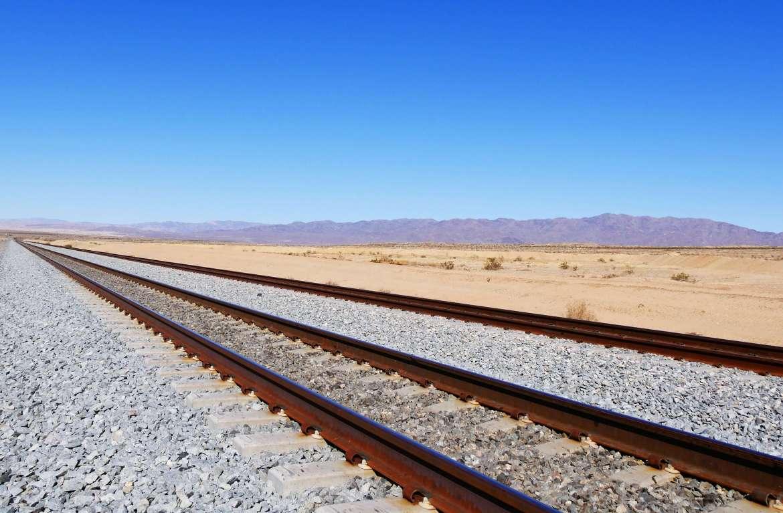 Voie de chemin de fer qui passe à côté du Salton Sea
