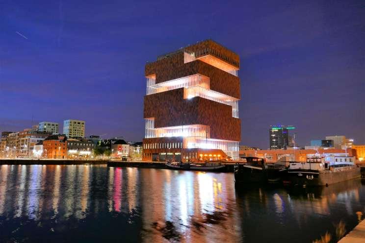 Le musée MAS de nuit dans le quartier d'Eilandje à Anvers